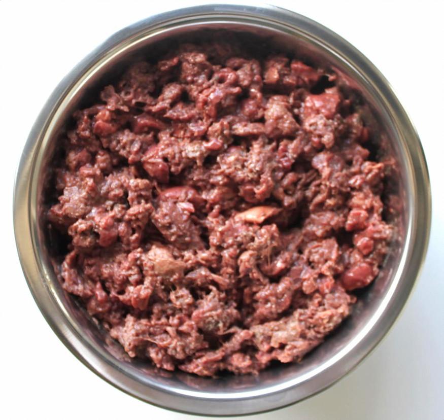 Vers vlees hond